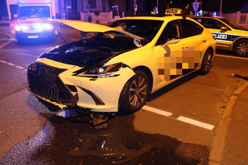 Der Taxifahrer wurde bei dem Unfall verletzt, das Auto war nicht mehr fahrbereit.