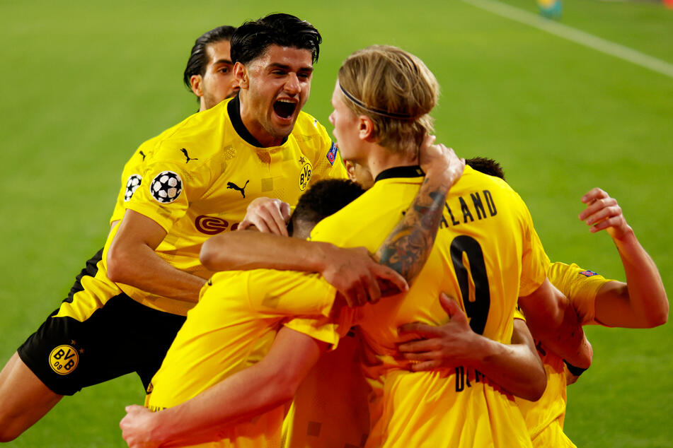 1:1-Torschütze Mahmoud Dahoud (l.) bejubelt mit Erling Haaland (v.) dessen Treffer zum 2:1 für den BVB.