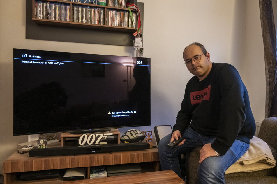 Kein Fernsehen seit dem 5.Januar: Marco Tschink (33) guckt in die Röhre.