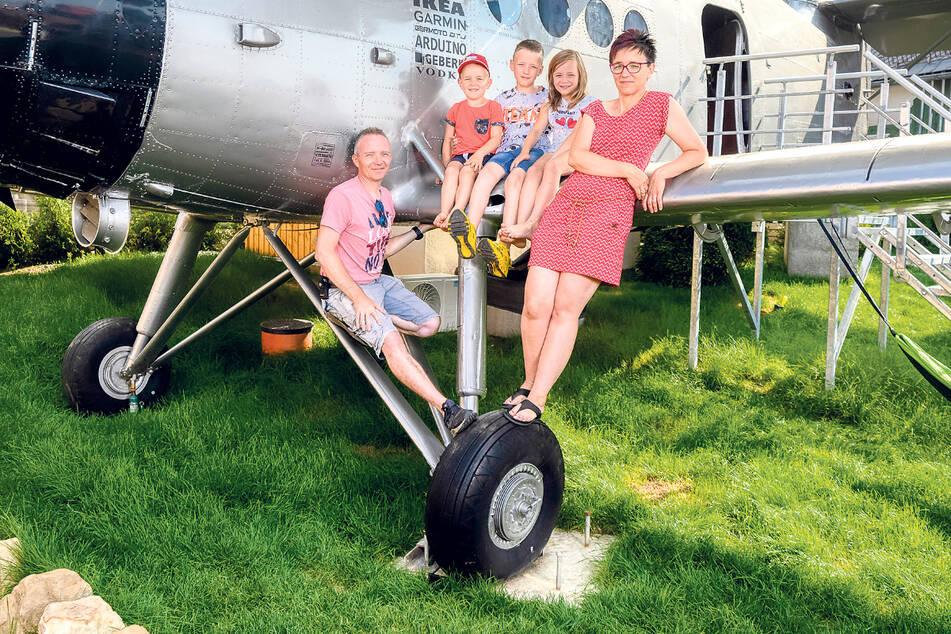 Cooler Ferienauftakt: Die fünfköpfige Familie Horn nächtigte in der alten Antonov, die zur Ferienwohnung umgebaut wurde.