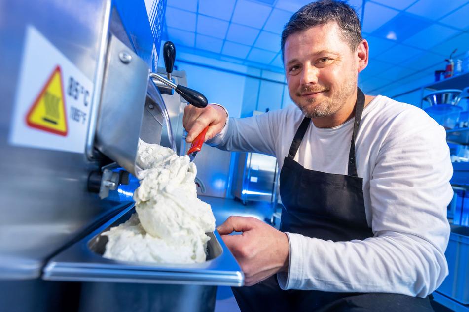 Darf's auch etwas mehr sein? Peter Rülke (46) holt das neue Chemnitzer Eis aus der Maschine.