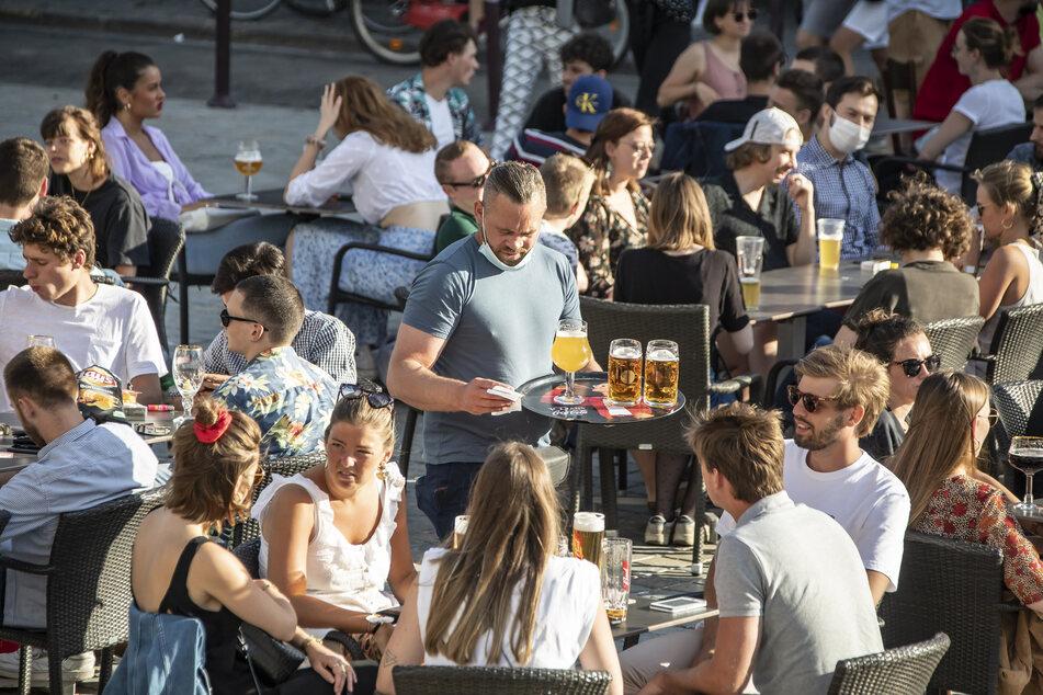 Im Restaurant mit mehr als einem anderen Haushalt treffen ist nun in einigen Bundesländern erlaubt.