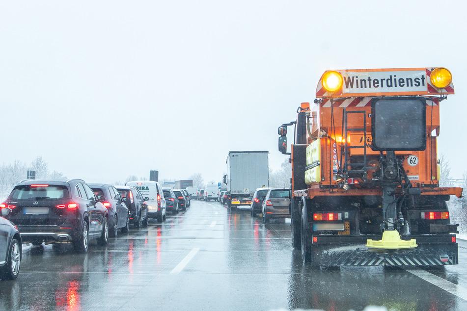 Auf der A72 gab es am Montagmorgen nach einem Unfall Stau. Dabei gab es auch für den Winterdienst kein Vorankommen.