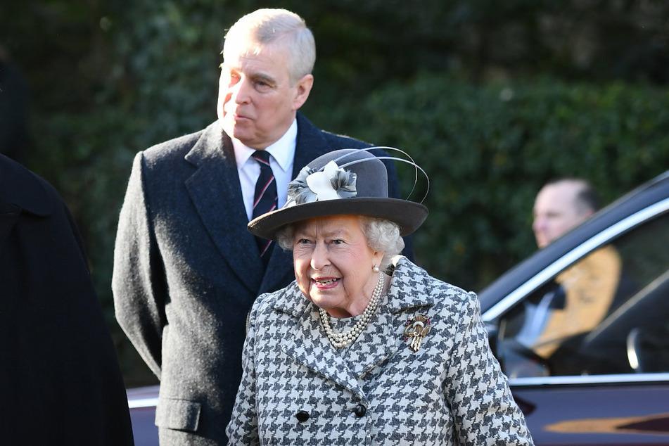 Da war er noch mit den Royals zu sehen: Prinz Andrew gemeinsam mit Queen Elisabeth (95) bei einem Sonntagsgottesdienst Anfang 2020.