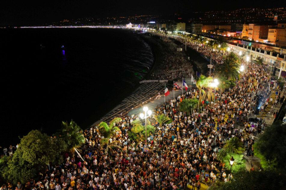 Knapp 5000 Menschen versammeln sich am Samstagabend auf der berühmten Promenade des Anglais während eines Konzertes in der Hafenstadt. Dort legte auch der bekannte französische DJ The Avener auf.