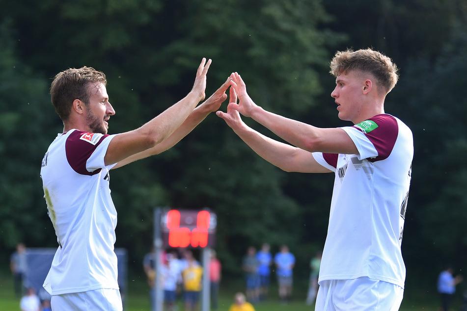 Phil Harres (19, r.) hier noch mit Pascal Sohm (29) nach einem Dynamo-Treffer im Test gegen Eintracht Braunschweig.