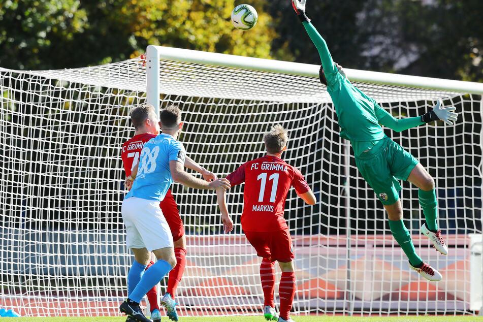 Szene vom Pokal-Duell im Oktober 2019: Tobias Müller (Nr. 38) beobachtet die Aktion von Grimmas Keeper Pascal Birkigt. Beide könnten sich am Samstag erneut begegnen.