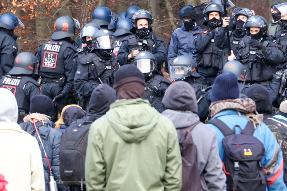A49-Gegner und Polizisten stehen sich am 20. November im Dannenröder Forst gegenüber.