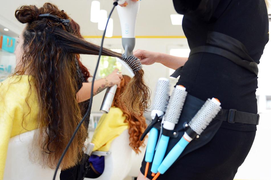 Friseure haben in NRW bereits seit dem 1. März wieder auf, am Montag folgen ihnen auch die Kosmetikstudios. (Archivfoto)