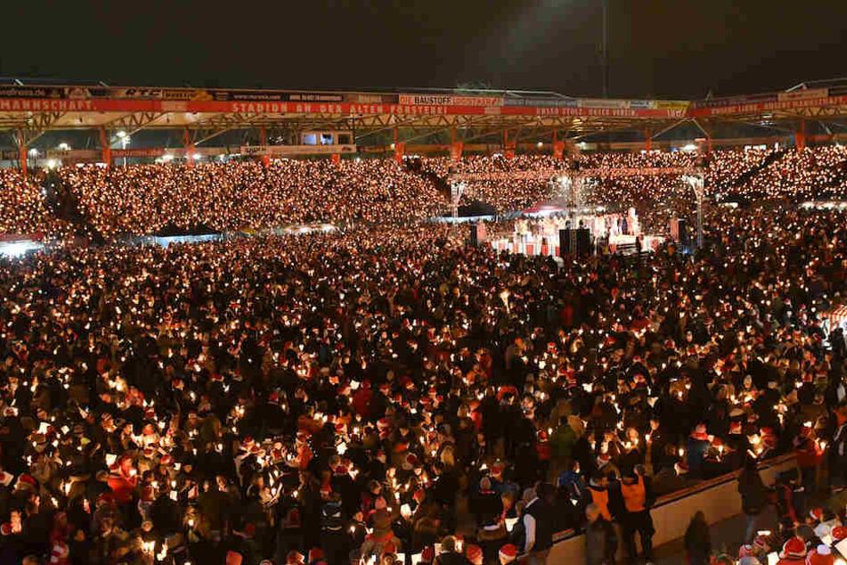 Das randvolle Stadion An der Alten Försterei erstrahlt vor lauter Kerzen.