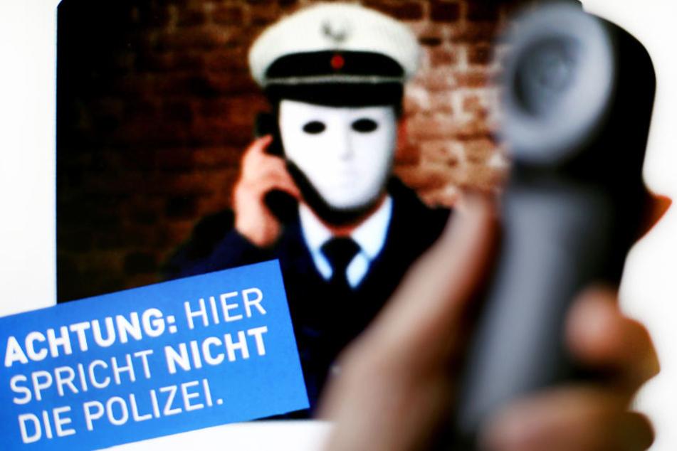 Die Polizei weist mit Plakaten auf Trickbetrüger hin.