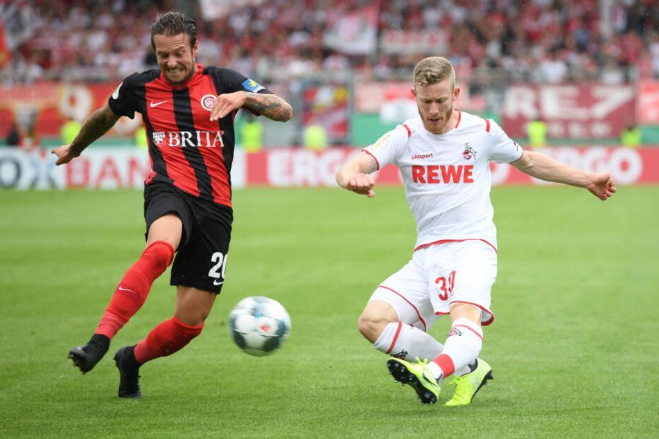 Wiesbadens Moritz Kuhn (l) und Kölns Florian Kainz kämpfen um den Ball.
