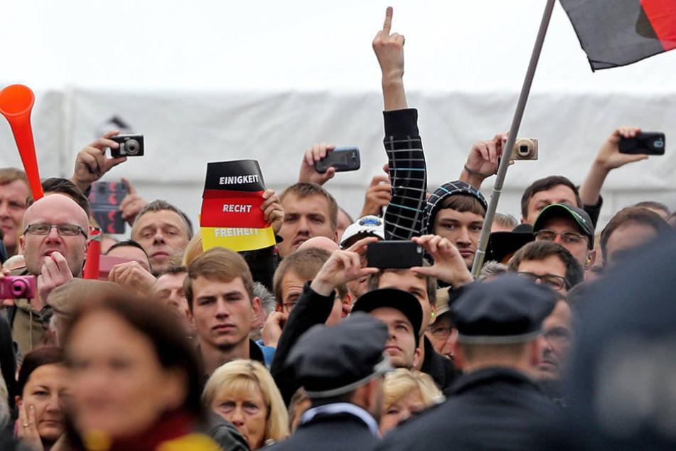 Am Tag der Deutschen Einheit zeigten PEGIDA-Pöbler was sie von den Feierlichkeiten hielten.