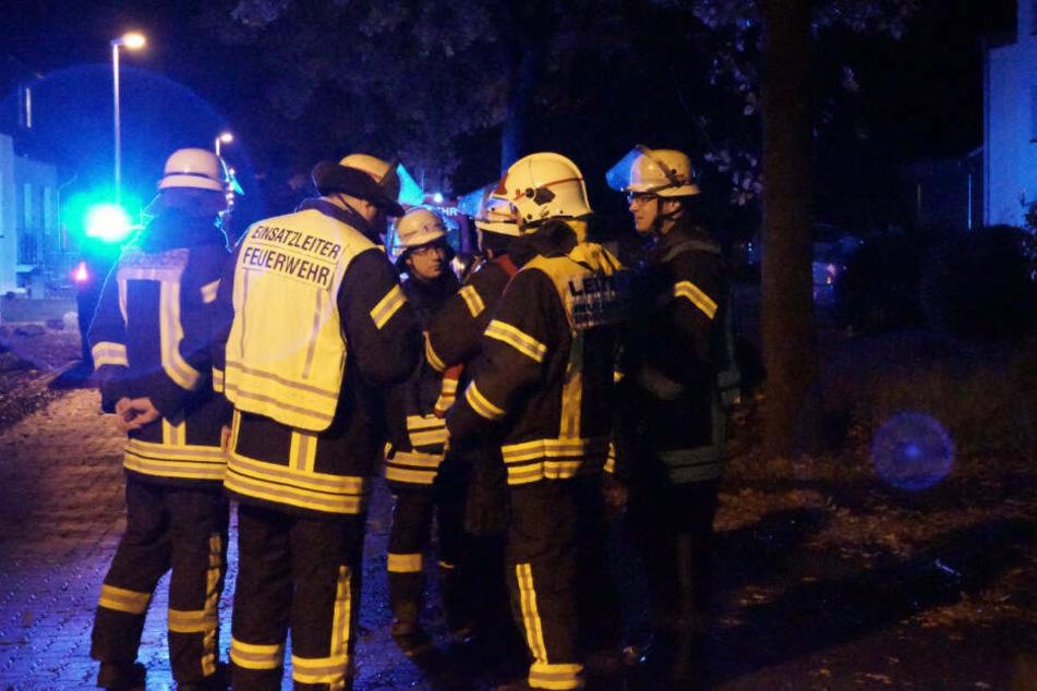 Die Feuerwehr beratschlagte zunächst das Vorgehen.