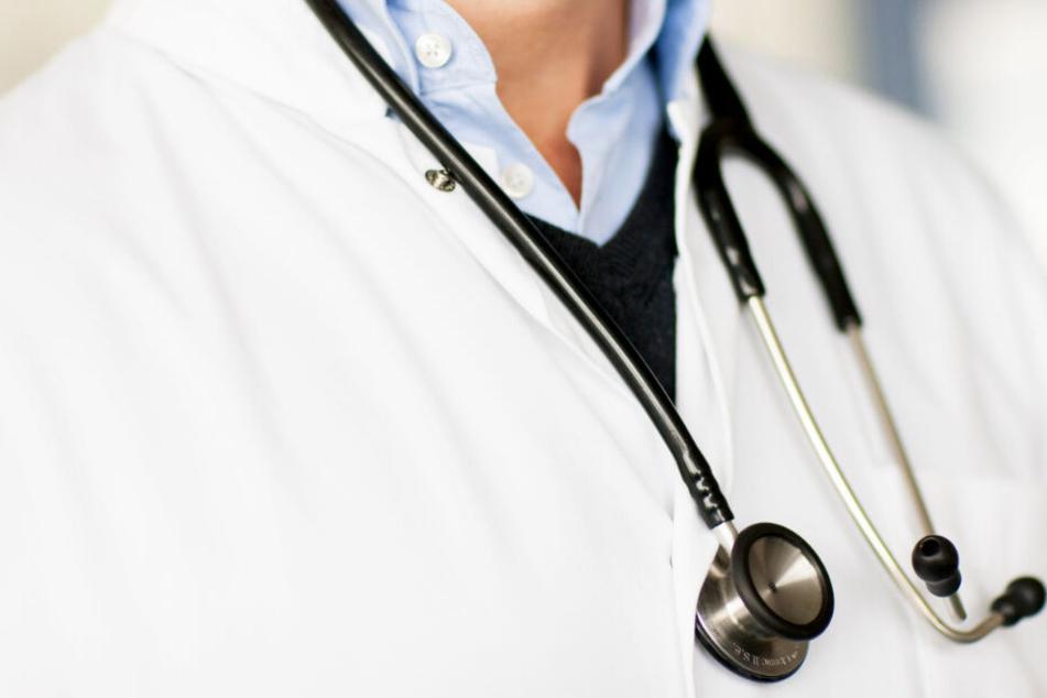 Einem Arzt hängt ein Stethoskop um den Hals. In Hamburg behandeln Mediziner häufig Kinder mit chronischen Krankheiten.