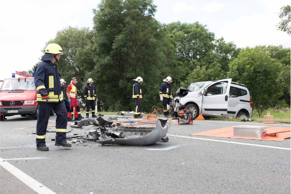 Bei einem schweren Verkehrsunfall nahe Weimar gab es drei verletzte Personen. Eine Frau starb bei dem Crash.