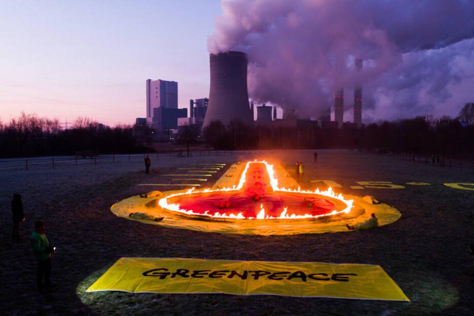 Das brennende Thermometer vor dem Kraftwerk Niederaußem.