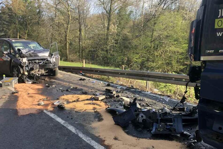 Von dem Auto bleibt nach dem Unfall nicht mehr viel übrig.