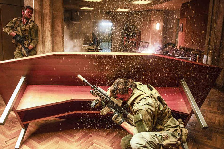 Die Navy SEALs Johnstone (Ryan McPartlin) und Hall (Michael Trucco) werden von russischen Feinden beschossen.