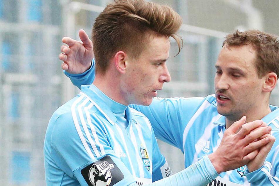 Anton Fink (r.) gratuliert dem Doppeltorschützen Florian Hansch zu dessen starker Leistung.