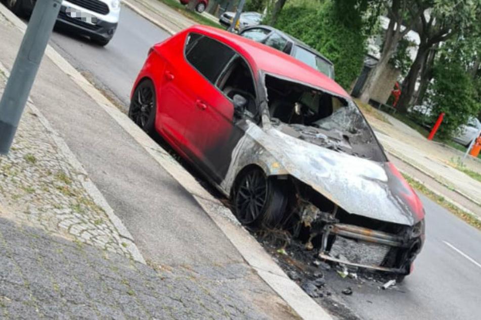 Mitten in Dresden steht ein abgefackeltes Auto!