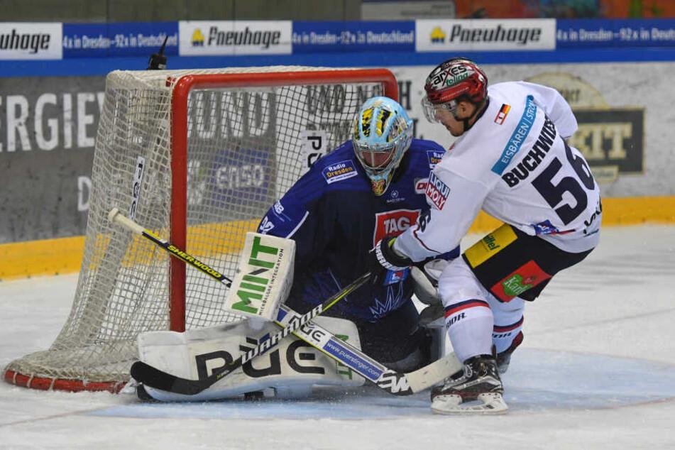 Sebastian Stefaniszin während der Vorbereitung im Tor der Dresdner Eislöwen.