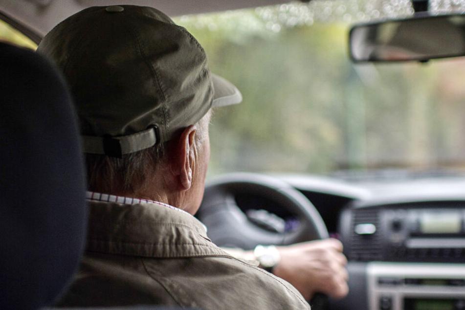 Der 83-Jährige fuhr aus Unachtsamkeit auf den Wagen der Familie auf (Symbolfoto).
