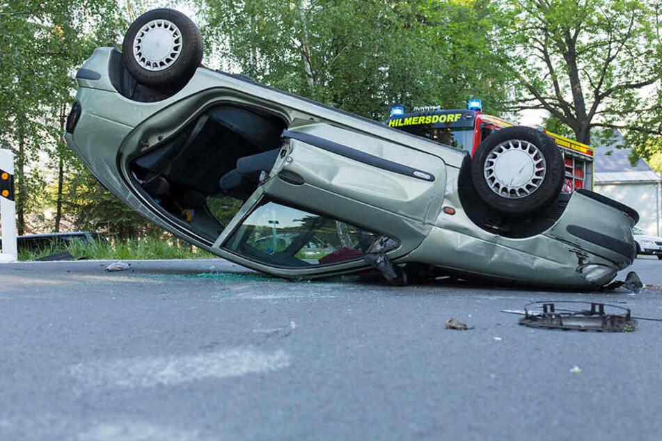 Renault überschlägt sich mitten im Ort: Fahrerin schwer verletzt