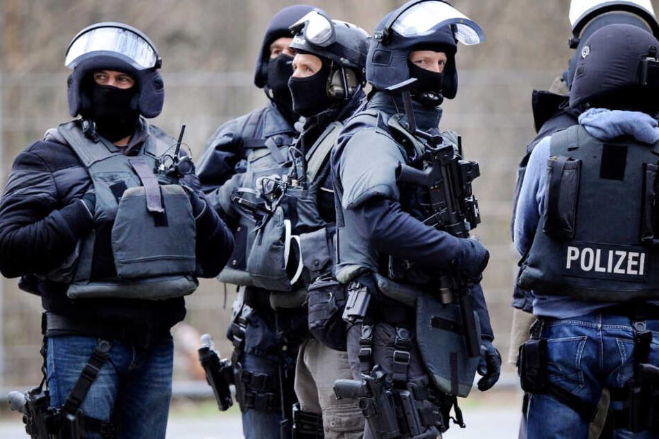 Razzia gegen rechtsextreme Szene: Waffen, Drogen und Datenträger sichergestellt