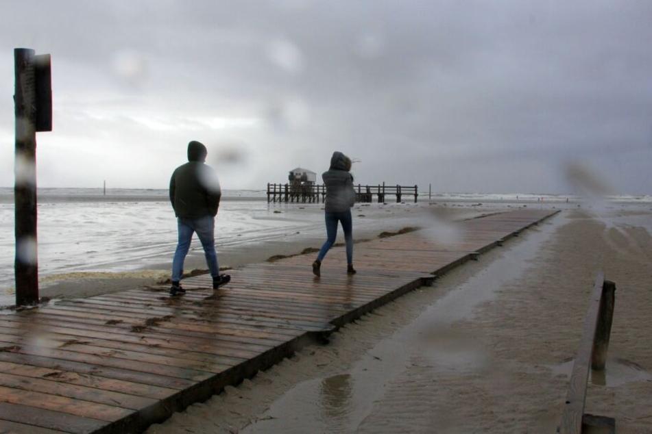 Vor allem an der Küste soll es stürmisch werden.