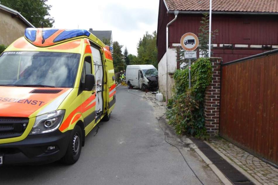 Der VW-Transporter krachte gegen eine Hauswand.