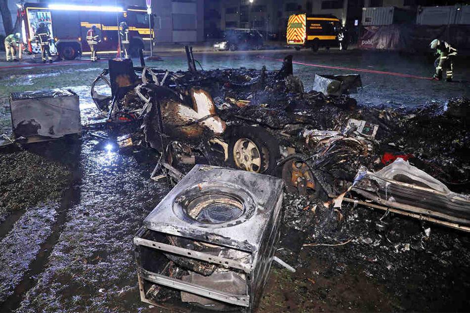 Mehrere Explosionen: Wohnwagen an der Cockerwiese brennt komplett ab
