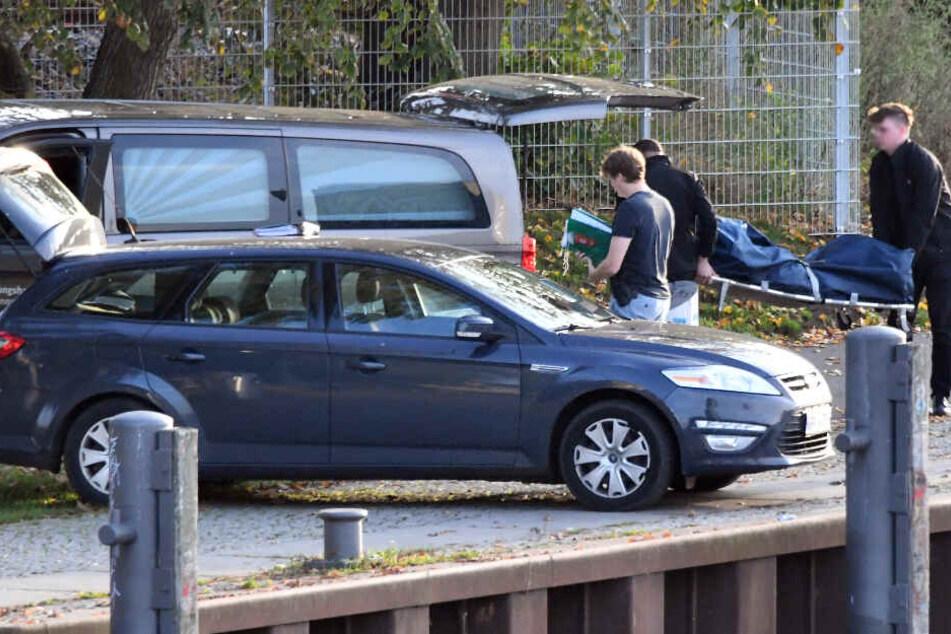 Eine Leiche wird in das Fahrzeug eines Bestatters getragen. (Symbolbild)