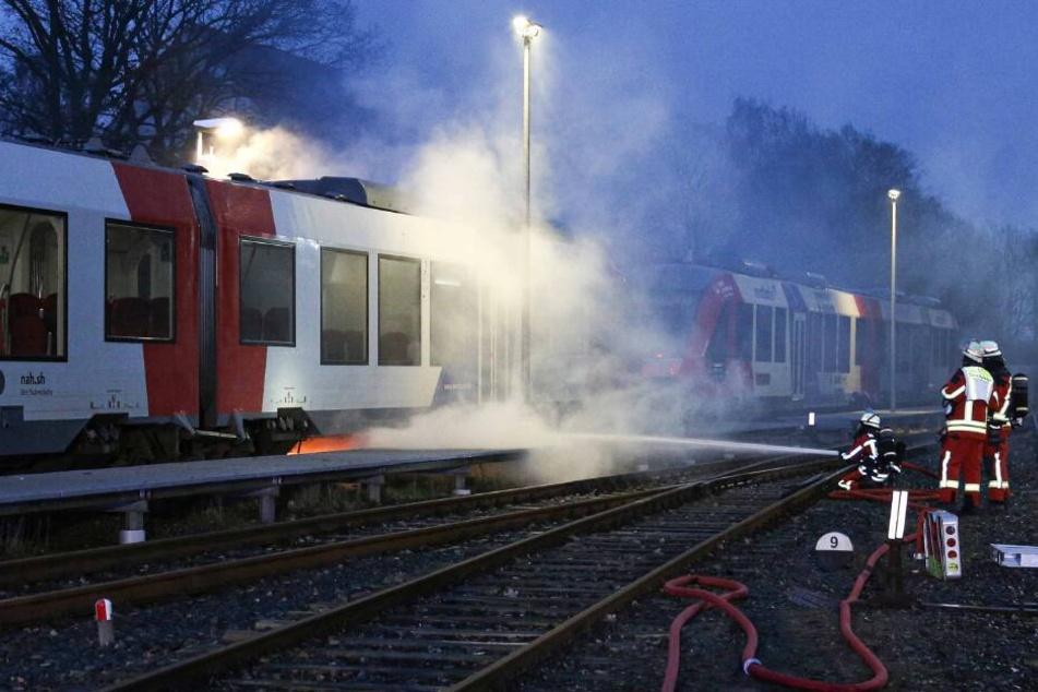 Alarm am Bahnhof! Zug steht plötzlich in Flammen
