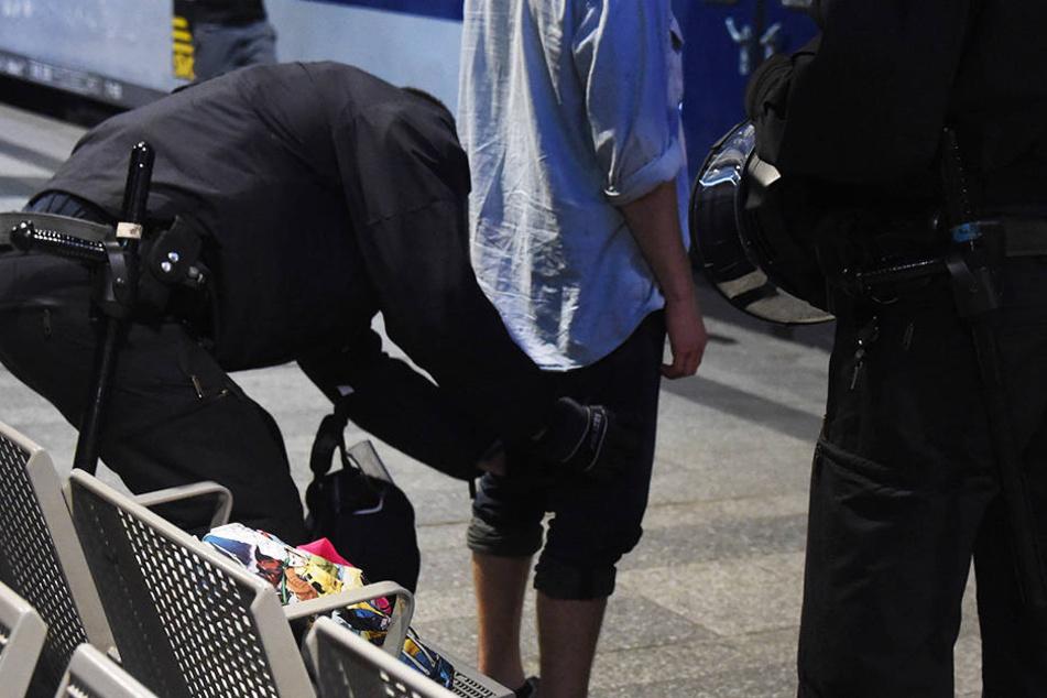 Am Hamburger Hauptbahnhof schnappte die Polizei gleich zwei per Haftbefehl gesuchte Männer.