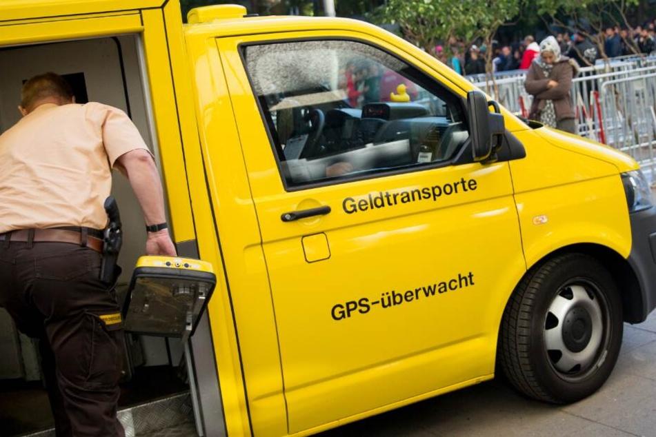 Die Polizei vermutete einen Überfall auf den Geldtransporter. (Symbolbild)