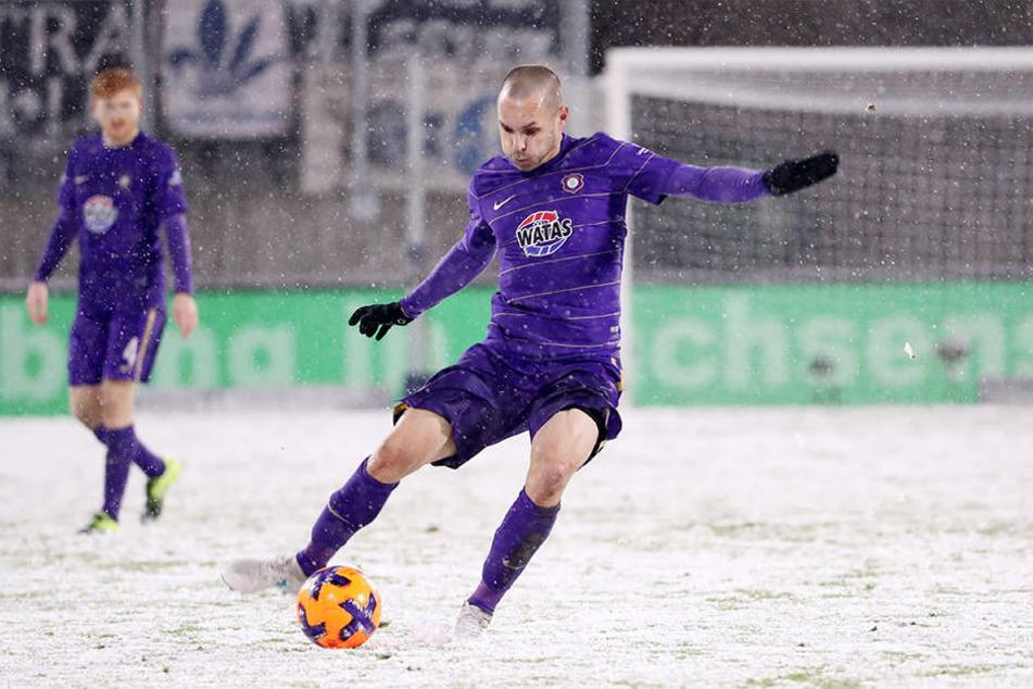 Christian Tiffert im Spiel gegen Darmstadt am Ball. Der Routinier und seine Auer Kollegen kamen mit den schneebedeckten Untergrund gut zurecht.