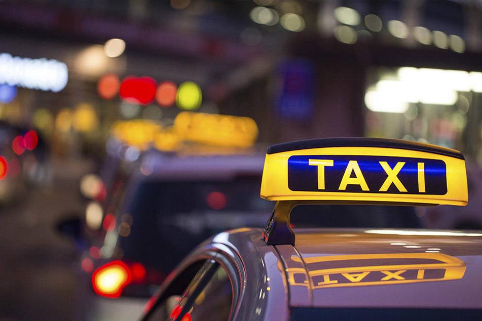 Der Fahrer stürzte bei seiner Flucht aus dem Taxi.