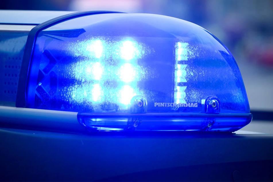 Am Unfallort hat die Polizei nur einen schwer verletzten Beifahrer vorgefunden (Symboldbild).