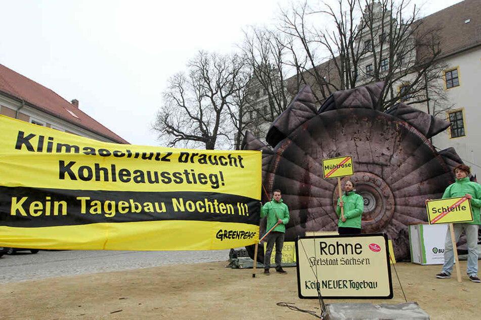 Die Aktivisten von Greenpeace demonstrieren gegen die Vernichtung ganzer Ortschaften zugunsten des Tagebaus.