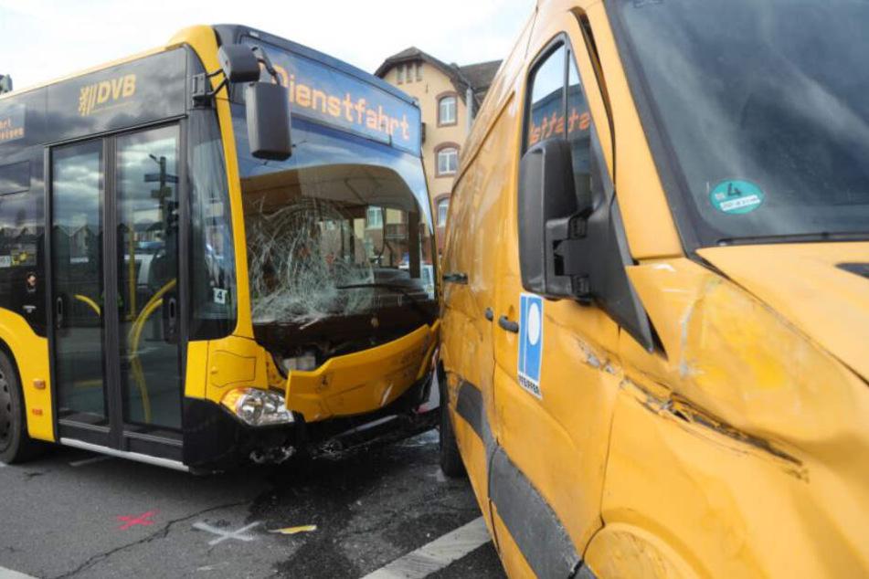Die Front des Busses ist ebenso demoliert wie die Flanke des Mercedes-Transporters.