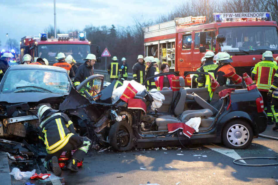 Die beiden Fahrerinnen mussten durch die Feuerwehr aus den Autos befreit werden.