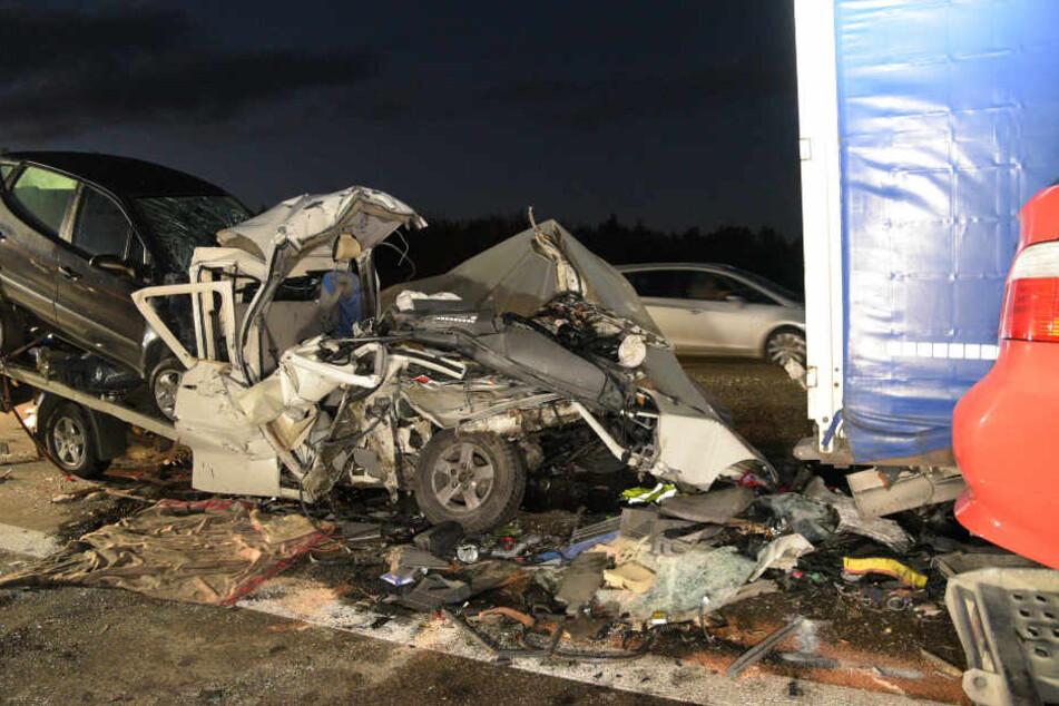 Horror-Crash auf Autobahn: Transporter-Fahrer rast in LKW und stirbt
