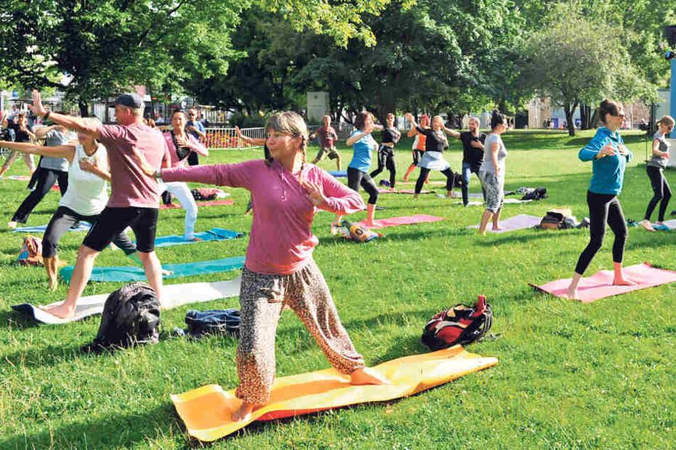 Ab auf die Matte! Die Chemnitzer lernen Tantra-Yoga mitten im  Stadthallenpark.