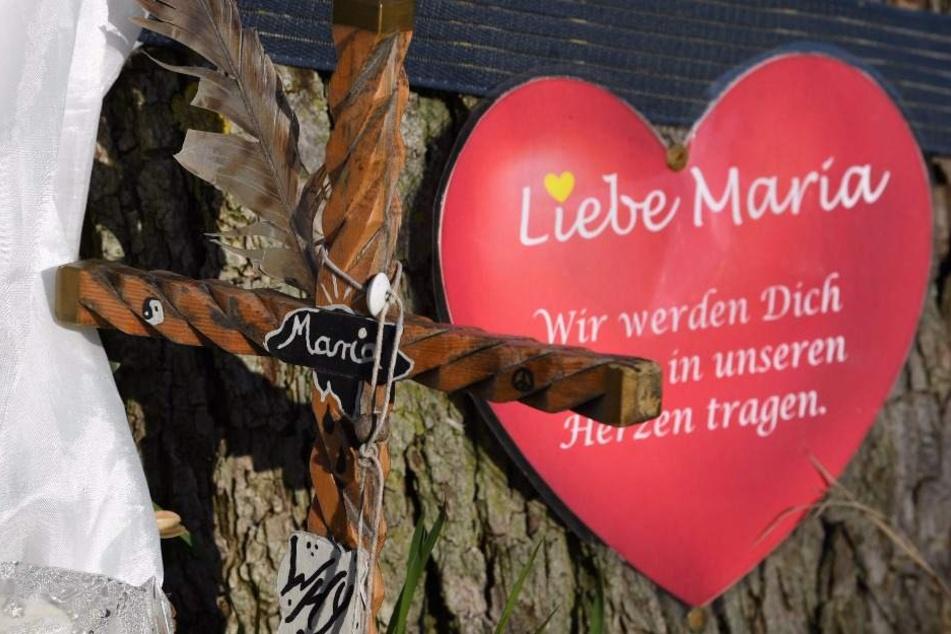 Ein Papierherz hängt nahe des Tatorts in Freiburg an einem Baum. Es erinnert an die 19-jährige Maria L.