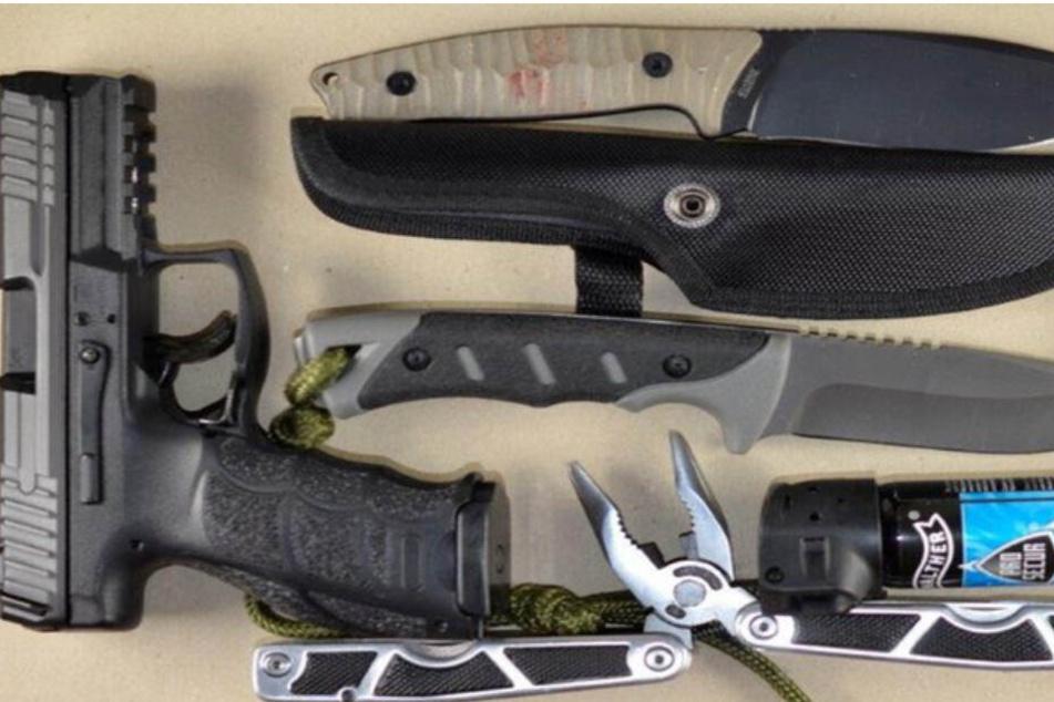 Die Beamten fanden ein ganzes Arsenal an Waffen bei der Frau.