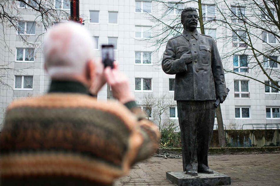 Die große Stalin-Statue wurde bereits am Dienstag an der Karl-Marx-Alle, die ehemals Stalinallee hieß, aufgestellt.