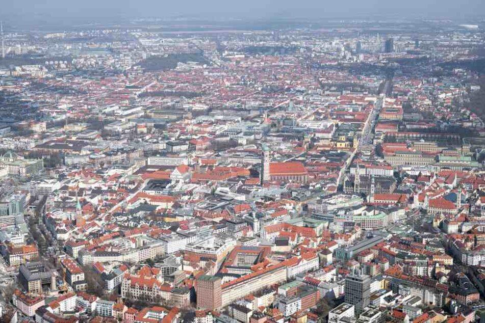 Die Innenstadt von München, fotografiert aus einem Hubschrauber. In der Mitte ist die Frauenkirche zu sehen.