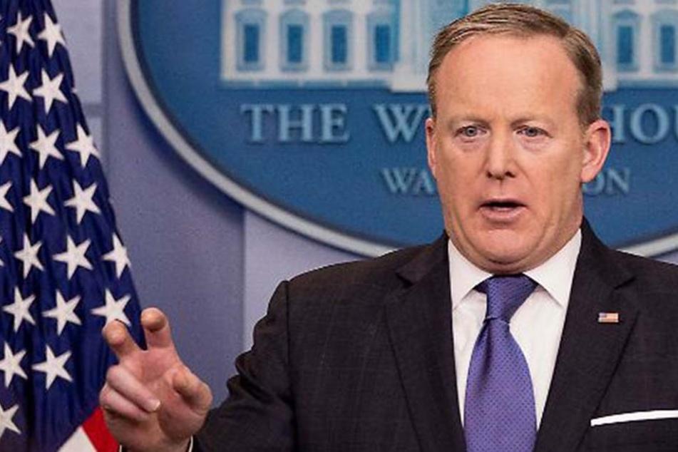 Bei dem Versuch, sich zu erklären, geriet er nur noch mehr ins Straucheln. Viele fordern nun den Rücktritt von Sean Spicer.