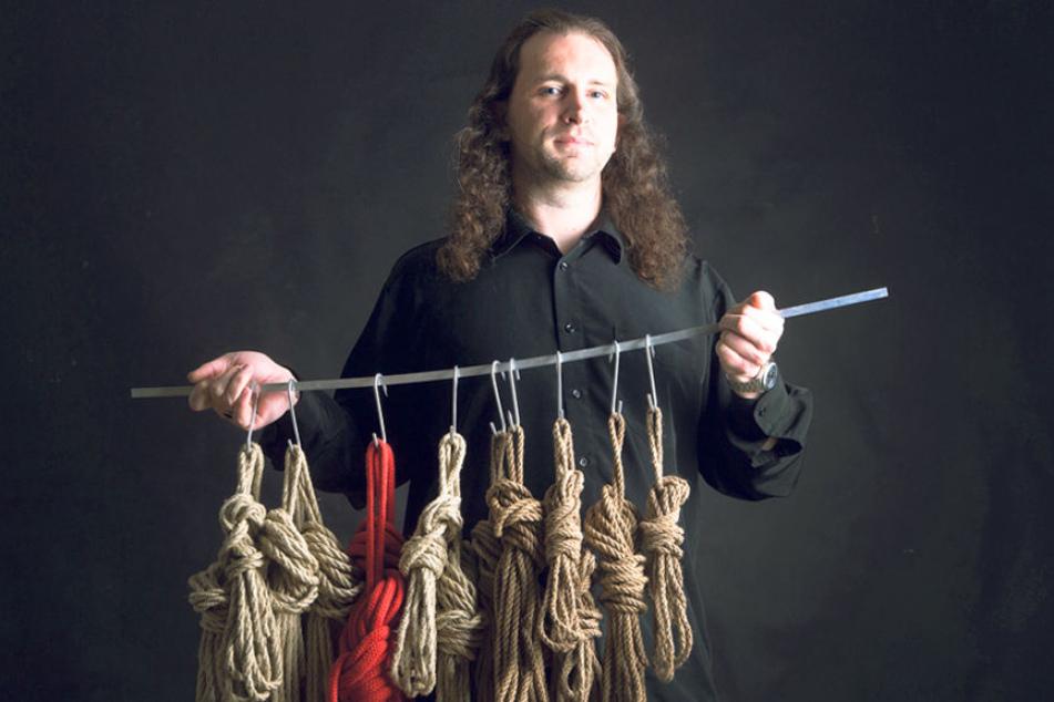 André Lorenz hat viele Seile für das lustvolle Verknoten.